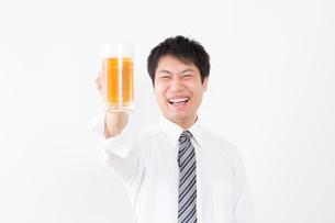 日本人男性とビールの写真素材 [FYI04649067]