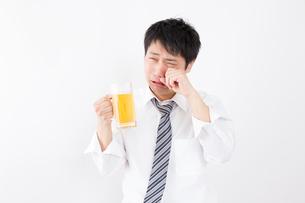 日本人男性とビールの写真素材 [FYI04649068]
