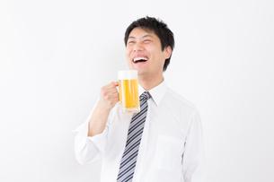 日本人男性とビールの写真素材 [FYI04649071]