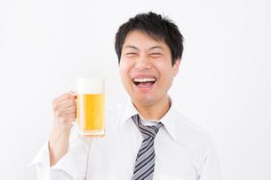 日本人男性とビールの写真素材 [FYI04649072]