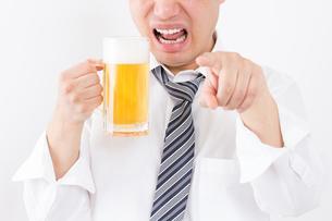 日本人男性とビールの写真素材 [FYI04649073]