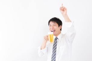 日本人男性とビールの写真素材 [FYI04649074]