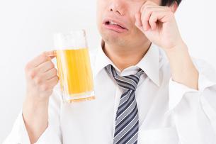 日本人男性とビールの写真素材 [FYI04649079]