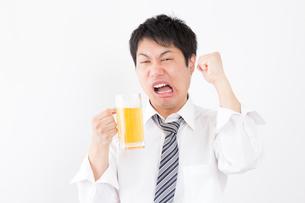 日本人男性とビールの写真素材 [FYI04649080]