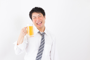 日本人男性とビールの写真素材 [FYI04649081]