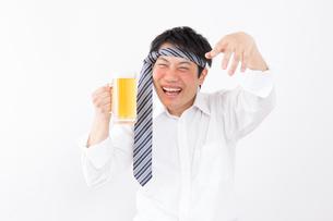 日本人男性とビールの写真素材 [FYI04649084]