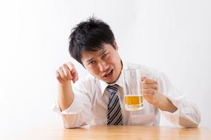 日本人男性とビールの写真素材 [FYI04649090]