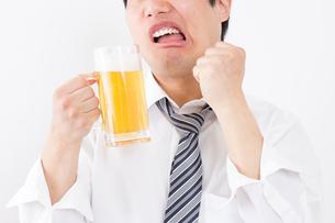 日本人男性とビールの写真素材 [FYI04649091]