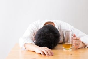 日本人男性とビールの写真素材 [FYI04649094]