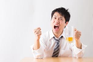 日本人男性とビールの写真素材 [FYI04649096]