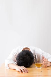 日本人男性とビールの写真素材 [FYI04649100]