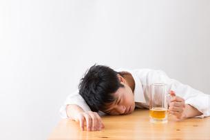 日本人男性とビールの写真素材 [FYI04649101]