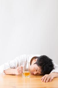 日本人男性とビールの写真素材 [FYI04649102]