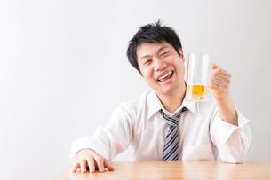 日本人男性とビールの写真素材 [FYI04649103]