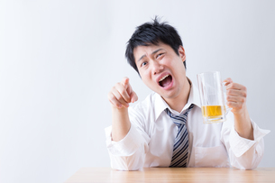 日本人男性とビールの写真素材 [FYI04649104]