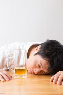 日本人男性とビールの写真素材 [FYI04649108]