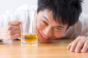 日本人男性とビールの写真素材 [FYI04649109]