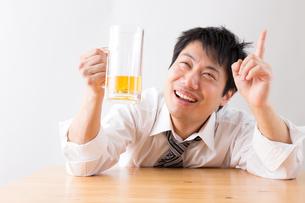 日本人男性とビールの写真素材 [FYI04649115]