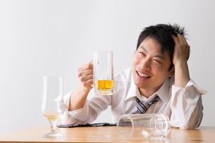 日本人男性とビールの写真素材 [FYI04649116]