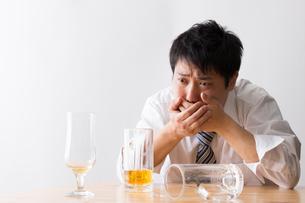 日本人男性とビールの写真素材 [FYI04649117]