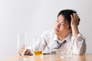 日本人男性とビールの写真素材 [FYI04649118]