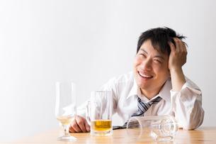 日本人男性とビールの写真素材 [FYI04649120]