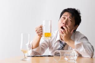 日本人男性とビールの写真素材 [FYI04649123]