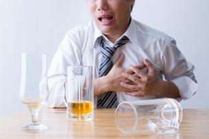 日本人男性とビールの写真素材 [FYI04649131]