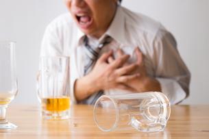 日本人男性とビールの写真素材 [FYI04649132]