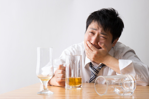 日本人男性とビールの写真素材 [FYI04649133]