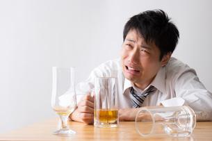 日本人男性とビールの写真素材 [FYI04649134]