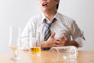 日本人男性とビールの写真素材 [FYI04649135]