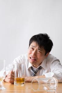 日本人男性とビールの写真素材 [FYI04649137]
