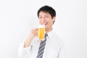 日本人男性とビールの写真素材 [FYI04649139]