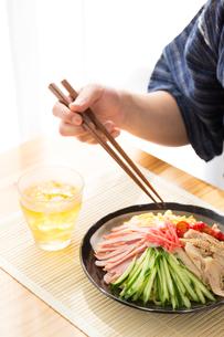 日本人男性と冷やし中華の写真素材 [FYI04649145]