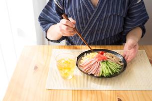 日本人男性と冷やし中華の写真素材 [FYI04649149]