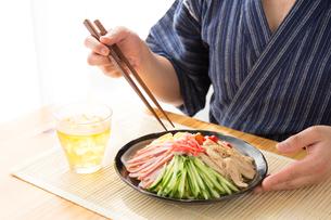 日本人男性と冷やし中華の写真素材 [FYI04649159]