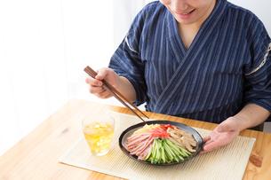 日本人男性と冷やし中華の写真素材 [FYI04649161]