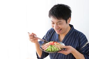 日本人男性と冷やし中華の写真素材 [FYI04649162]