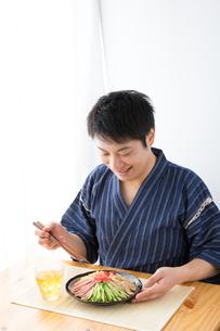 日本人男性と冷やし中華の写真素材 [FYI04649164]