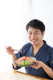 日本人男性と冷やし中華の写真素材 [FYI04649175]