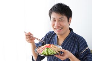 日本人男性と冷やし中華の写真素材 [FYI04649182]