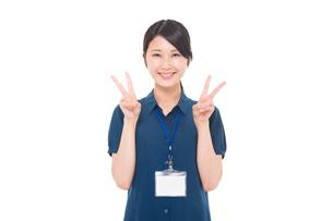 ネームプレートをつけた日本人女性の写真素材 [FYI04650133]