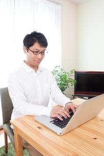 日本人男性の写真素材 [FYI04650300]