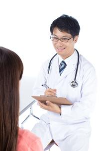 日本人男性医師と女性患者の写真素材 [FYI04650560]