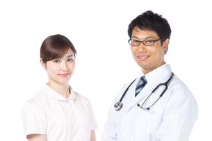 日本人男性医師と看護師の写真素材 [FYI04650569]