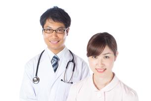 日本人男性医師と看護師の写真素材 [FYI04650578]