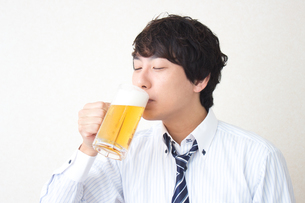 酔っ払うビジネスマンの写真素材 [FYI04651146]