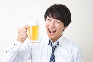 酔っ払うビジネスマンの写真素材 [FYI04651152]