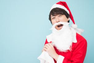 サンタクロースの仮装をした日本人男性の写真素材 [FYI04651196]